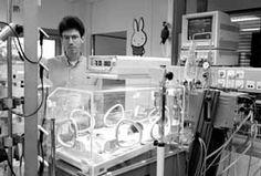 Wim de Jong werkt in 1993 aan zijn promotie-onderzoek op de NICU.