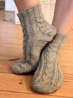 Magnificent photo - take a look at our guide for additional tips and hints! Knitted Socks Free Pattern, Knitting Socks, Knitting Patterns Free, Knit Patterns, Free Knitting, Knit Socks, Cozy Socks, Knitted Slippers, Knitted Bags