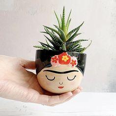 Pon tu planta más bonita en esta preciosa maceta de tamaño mini con forma de Frida Kahlo, ¡se merece lo mejor!