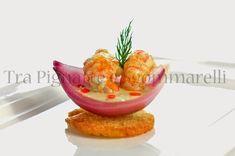 Guscio di cipolla in agrodolce con scampi saltati agli agrumi, crema di fagioli cannellini al finocchietto selvatico ed emulsione di peperone rosso | Tra pignatte e sgommarelli