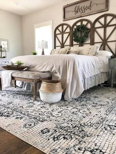 Modern farmhouse style combines the traditional with the new makes any space super cozy. Discover best rustic farmhouse bedroom decor ideas and design tips. Modern Farmhouse Bedroom, Rustic Farmhouse, Farmhouse Ideas, Farmhouse Design, Country Master Bedroom, Farmhouse Homes, Bedroom Rustic, Modern Bedroom, Farmhouse Wall Art