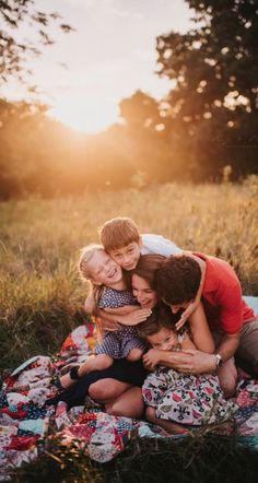 (no title) Summer Family photo outfit ideas Family Portrait Poses, Family Picture Poses, Family Photo Outfits, Family Portrait Photography, Family Photo Sessions, Family Posing, Family Photographer, Family Photo Shoots, Backlight Photography