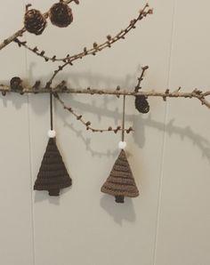 """Juletræ til ophæng Der er brugt enkelt bomuldsgarn 8/4 og nål nr. 2 Da de er hæklet med nål nr. 2 er de stive nok til at hænge pænt. De er hæklet i bagerste maskeled, så de får en ribeffekt. For at undgå """"huller"""" i siden på udtagninger, kan man med fordel hækle sidste m i begge lænker Start med at lave 2 lm. Hækl 2 hstm i 2. lm fra nålen. Vend med 1 lm Nu hækles alle rækker i bagerste maskeled. Hækl 1 hstm i første maske, og 2 hstm i sidste maske ( 3 hstm) Vend med"""