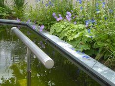 Vijver met waterelement in moderne achtertuin. Design; Oxalis tuinontwerpen/ Construction; Jeroen Haentjes/ Photography; Jeanne van Rijs/ Location; Gennep (the Netherlands)