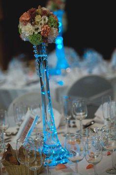 centre de table mariage Les décos d'Eden. Vase eiffel avec guirlande de led et composition florale avec oeillet, lysianthus, santini...