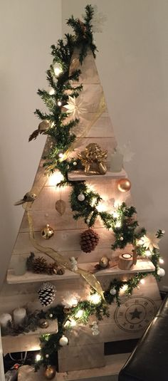 Best of inexpensive christmas decorations rustic from pallet christmas trees 3 - Pallet Projects Wooden Christmas Tree Decorations, Rustic Christmas Ornaments, Pallet Christmas Tree, Christmas Wood Crafts, Noel Christmas, Christmas Projects, Christmas Inspiration, Diy Wood, Pallet Wood