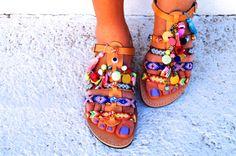 Sandales en cuir orné de belles amitiés colorées à la main en Thaïlande, cristaux de Swarovski, pierres précieuses, perles multicolores, yeux de
