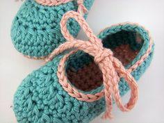 Zapatos tejidos a crochet para bebé