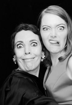 Olivia Colman and Emma Stone English Actresses, Actors & Actresses, Emma Stone Films, Olivia Coleman, Olivia Hussey, Bff Pictures, Film Awards, Video New, Jennifer Garner