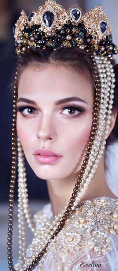 Pearls and crown Pearl And Lace, Tiaras And Crowns, Crown Jewels, Headdress, Hair Accessories, Chanel, Glamour, Beauty, Women's Jewelry