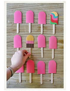 Weekend Fun: A DIY Paper Popsicle Memory Game. Looking for a sweet idea to keep kids entertained this weekend? We stumbled upon this beautiful DIY memory game idea over at the fabulous… Babysitting Kit, Babysitting Activities, Craft Activities, Toddler Activities, Indoor Activities, Summer Activities, Family Activities, Kids Crafts, Summer Crafts