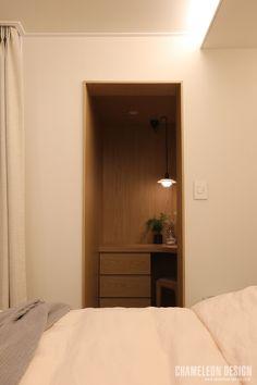 [시공사례] 철산 두산위브 / 24평 / 구정 브러쉬골드 애쉬브라운 / 따뜻한 우드 포인트 인테리어 / interior by 카멜레온 디자인 : 네이버 블로그 Muji Style, Floating Nightstand, Modern Contemporary, House Design, Space, Interior Design, Bedroom, Wood, Table