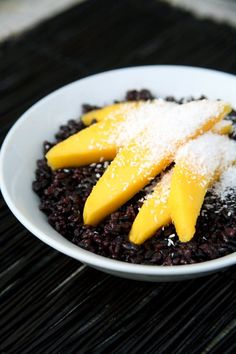Coconut Black Rice With Fresh Mango Is a Superfood-Charged Breakfast Worth Waking Up For (mango pudding thai) Healthy Cooking, Healthy Recipes, Healthy Rice, Thai Cooking, Cooking Recipes, Asian Recipes, Ethnic Recipes, So Little Time, Superfood