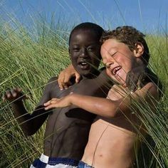 This is what the world SHOULD be like. The color of our skin should not affect how we treat each other! It shouldn't be a factor in life at all. We all belong to the human race. We are one people. Precious Children, Beautiful Children, Beautiful Babies, Beautiful World, Beautiful People, Art Children, Friend Friendship, Happy Together, Smile Face