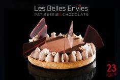 Succombez à la Tarte Chocolat Noisette Café IGC® des Belles Envies. Des noisettes concassées et torréfiées rehaussé d'une crème anglaise infusé au café surplombant une mousse au chocolat lait avec des éclats de chocolat noir.