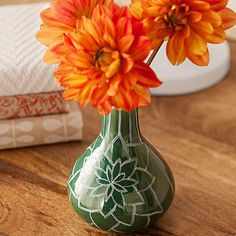 Don't lose the pizzazz of fresh flowers to a dull vase: http://www.bhg.com/thanksgiving/crafts/simple-fall-crafts/?socsrc=bhgpin102014markermagicvase&page=8