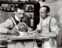 Creando una máscara funeraria. New York, c. 1908. George Grantham Bain Col., Library of Congress. Tomado de: http://serturista.com/general/mascaras-funerarias/