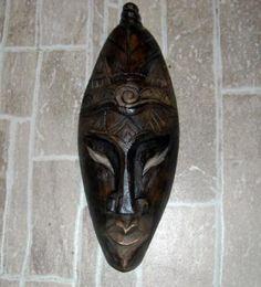 Máscara em gesso com pintura imitando madeira