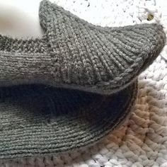 Slippers - English pattern in the comments! Crochet Socks, Knitting Socks, Free Knitting, Crochet Stitches, Knit Crochet, Knitting Charts, Knitted Slippers, Wool Socks, Joining Yarn Knitting