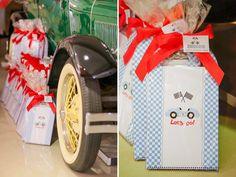 A festinha de aniversário de 2 anos do Enrico teve um tema que é a paixão de sua família: carros antigos. O local escolhido foi a garagem do vovô, que é co