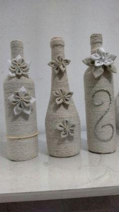 Garrafa+barbante+ flores de tecido...