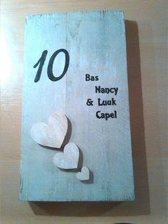 Naambordje met huisnummer. Gemaakt op een steigerhouten plank met een ...