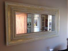 espejo de moldura de madera de aprox 10 cm de ancho, dorado con patina blanca y…