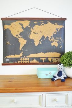 Stunning Cute Diy Frame Wall Design Ideas For Your Inspiration Framed Maps, Wall Maps, Frames On Wall, Diy Poster Frame, Diy Frame, Diy Décoration, Easy Diy, Simple Diy, Wall Design