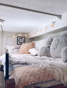 dorm room ideas \ dorm room ideas + dorm room + dorm room designs + dorm room ideas for guys + dorm room organization + dorm room decor + dorm room inspiration + dorm room hacks Teen Room Decor, Bedroom Decor, Wall Decor, Budget Bedroom, Bedroom Wall, College Room, College Dorm Bedding, College Life, Dorm Couch