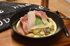 Mit diesem fantastischen Klassiker aus Italien wirst du bei deinen Gästen immer punkten können. Die Gnocchi (gekauft oder selbstgemacht) werden hier in einer herbstlichen Variante mit einer Rahm-Wein-Sauce, Steinpilzen und Rohschinken serviert. Einfach lecker!