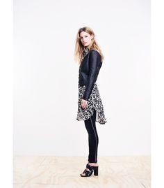 Wij zijn helemaal fan van de lange blouse. Dit stijlvolle item creëert namelijk in een handomdraai een vrouwelijke look. Draag stoer met suèdine legging en sneakers of creëer een echte businesslook met een lange zwarte blazer en skinny jeans.