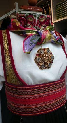 Bluse Norwegian Fashion, Norway Viking, Card Weaving, Tribal Dress, Liv, Wedding Costumes, Bridal Crown, Color Shapes, Folk Costume