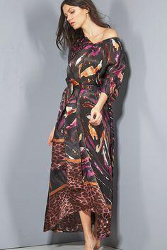 """Verführerischer Seidenkaftan mit Animal Print """"Selvaggio schwarz"""" von Eva B. Bitzer aus bedrucktem Seidensatin aus 100% Satin Seide bei Seidenland.de #zebramuster #schwarz #seidenkaftan #kaftan #strandkleid #strandmode #beachwear #sommerkleid #seidenkleid #sommer2021 #winter2020 #evabitzer #evabbitzer #seide #silklingerie #silk #silkgown #nightwear #inSeideschlafen #lingerie #seidenland #bydaybynight #lingerieonline #luxurylingerie #lingerieaddict #lingerielover #fashionable #seidenshop"""