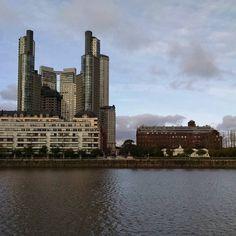 Otra ciudad #skyline #puertomadero #reflection #river #sky #ciel #clouds #nuages #sunnyday #architecture #arquitectura #buildings #batiments #historique #contrastes #urban #style #BuenosAires #Argentina (en Puerto Madero - Costanera Sur - Buenos Aires)