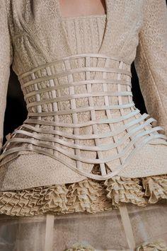 Os corpetes também estão resentes na coleção de Alexander McQueen Spring 2013.  Os corpetes, também usados no fim da Idade Média, tinham como efeito a fixação do busto e apliação das ancas.