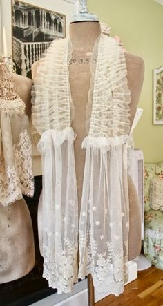 The Polka Dot Closet: Making Shabby Scarves From Vintage Table Runners And Lace Diy Scarf, Lace Scarf, Look Vintage, Vintage Table, Vintage Linen, Vintage Scarf, Altered Couture, Linens And Lace, Lace