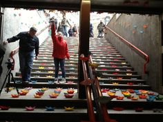 L'invasione delle barchette di carta: in metropolitana il flashmob a colori