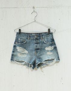 Calções denim cintura subida vintage. Descubra esta e muitas outras roupas na Bershka com novos artigos cada semana