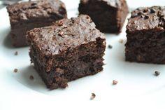 Deze zwarte bonen brownie is goddelijk! Geloof mij maar. En hij is goed gezoet met alleen maar rozijntjes. Daar komt verder geen siroopje aan te pas!