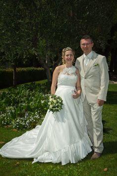 Robe de mariée femme enceinte en taffetas ivoire et tour de cou en dentelle; commandée à la boutique de robes de mariées à Cannes Mariage en Rose.