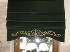 Rzymska roleta okienna. Haft złotą nicią na aksamicie wykonana przez AHA STUDIO na zamówienie.