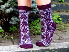 Fair isle doesn't need to be a huge sweater Ravelry: Fireweeds pattern by Rose Hiver Knitting Stitches, Knitting Socks, Knitting Patterns Free, Free Knitting, Free Pattern, Knit Socks, Knitted Slippers, Knitting Machine, Vintage Knitting