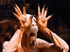 El hombre pálido está con los ojos en sus manos, lo que representa que él sólo ve lo que es palpable.