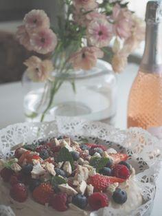 Mansikkatilan mailla: Perhosleinikkejä ja omena-kuohuviinikakkua - Iloista vappua! Irish Cream, Marimekko, Breakfast, Food, Morning Coffee, Essen, Meals, Yemek, Eten