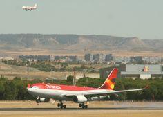 A330 de Avianca posando por la 32L de Madrid, con un A320 de @Iberia Líneas Aéreas en final para la pista 32R