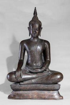 Important Buddha Maravijaya assis en virasana sur un socle étagé vêtu d'une robe monastique lui couvrant l'épaule gauche et rabattu en un pan frontal rectiligne, le visage à la beauté juvénile et l'expression sereine, les yeux mi-clos préconisant le regard à l'intérieur de soi surmonté de la protubérance crânienne ushnisha terminé par un rasmi flammé. Bronze à traces de laque et de dorure. Thaïlande. Royaume de U-Tong. 16 ème siècle. Ht 104cm x  60cm.