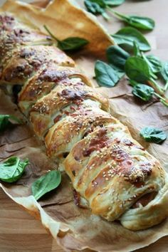 Roulade with sausages, mushrooms, spinach and cheese Quick Recipes, Pork Recipes, Cooking Recipes, Ramadan Recipes, Sauce, Food Inspiration, Appetizer Recipes, Food And Drink, Yummy Food