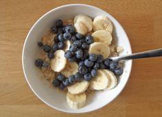 Ook heel lekker als gezond en stevig ontbijt: in (amandel)melk gekookte havermout (of quinoa!) met banaan en blauwe bessen. Voeg een beetje kaneel en misschien een scheutje honing toe voor nog wat extra smaak