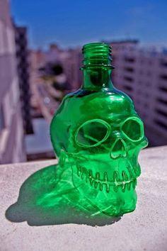 sculptures de crane recyclage de materiaux bouteille 2   Sculptures de crâne en recyclage   tête de mort Sculpture recyclage photo image crâ...