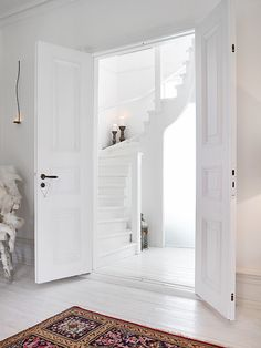 White staircase and Persian carpet White Interior Design, Home Interior, Interior Styling, Interior And Exterior, Interior Doors, White Staircase, Spiral Staircase, House Stairs, White Rooms